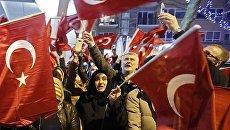 Демонстранты рядом с турецким консульством в Роттердаме. 11 марта 2017