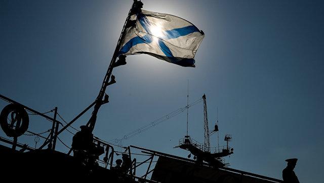 Андреевский флаг на одном из кораблей Черноморского флота РФ на военно-морской базе в Севастополе