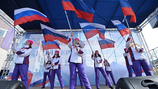 Участники митинга в честь третьей годовщины воссоединения Крыма с Россией на пешеходной улице Кирова в Челябинске