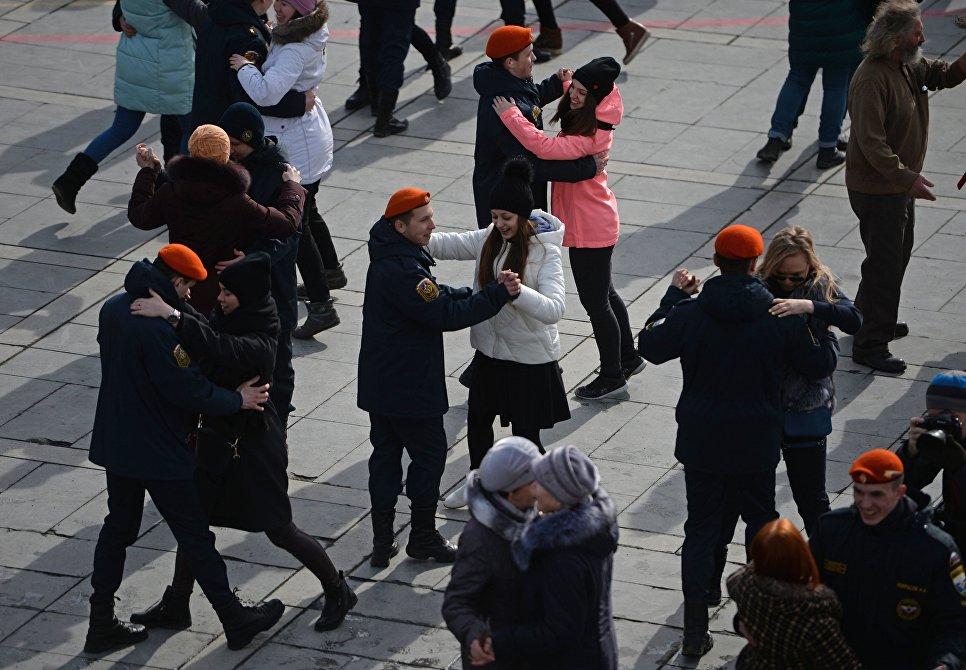 Участники танцевального флешмоба Севастопольский вальс с участием танцевальных коллективов города Екатеринбурга и ветеранских организаций, посвященного третьей годовщине воссоединения Крыма с Россией
