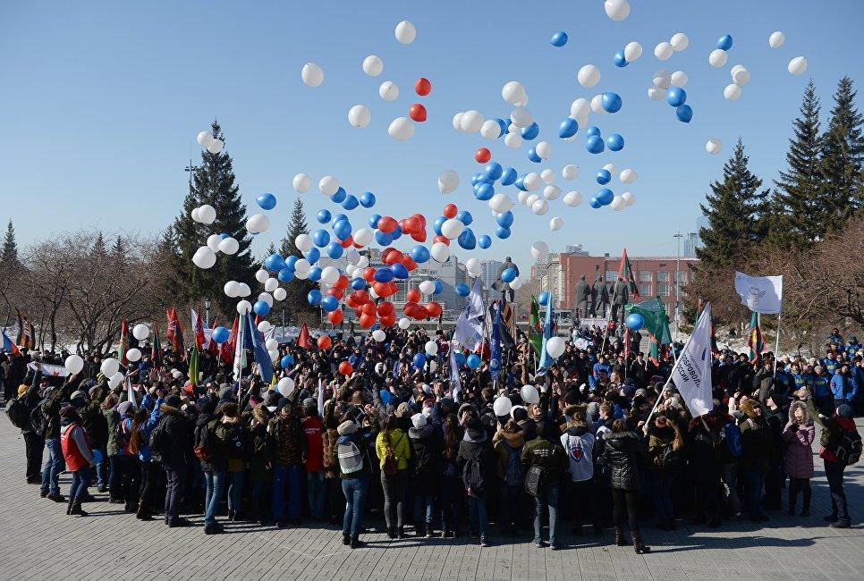 Участники праздничного мероприятия Крымская весна! Мы вместе! запускают шары на площади имени Ленина в честь третьей годовщины воссоединения Крыма с Россией в Новосибирске