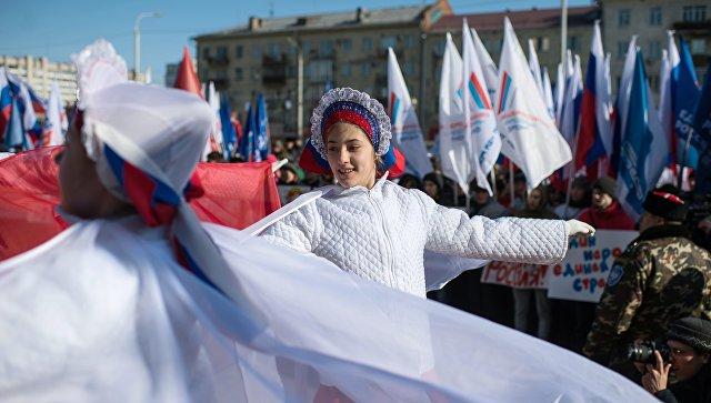 Участники представления во время митинга в честь третьей годовщины воссоединения Крыма с Россией у здания Пушкинской библиотеки в Омске
