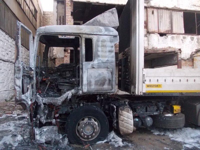 ВСимферополе сгорел грузовой автомобиль . Пострадал шофёр