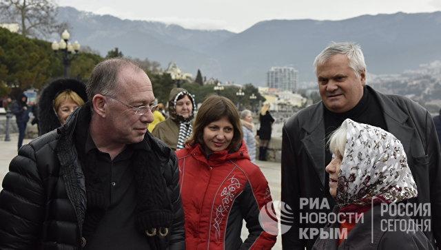 Председатель отделения Партии независимости Соединенного Королевства в районе Энфилд и Харинги (Лондон) Найджел Суссман (слева) общается с местными жителями во время посещения Ялты. 19 марта 2017 года