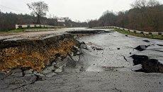 Участок трассы Симферополь-Севастополь, разрушенный оползнем