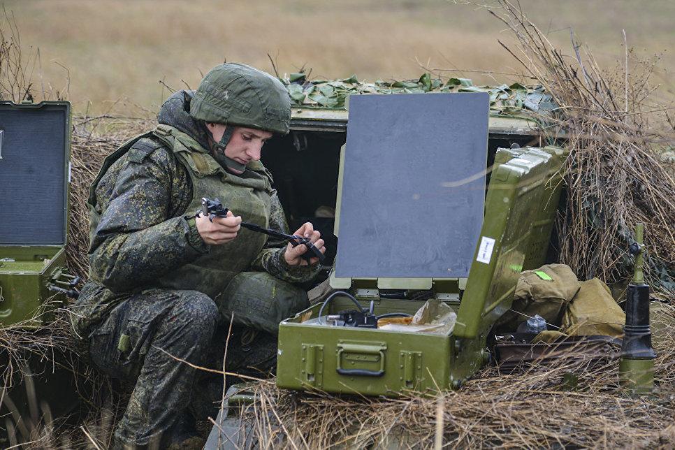 Военнослужащий вооруженных сил России на командно-штабных учениях Воздушно-десантных войск на полигоне Опук в Крыму