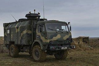 Автомобиль Камаз вооруженных сил России на командно-штабных учениях Воздушно-десантных войск на полигоне Опук в Крыму