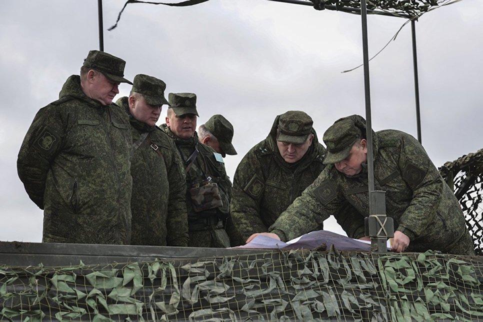 Командующий Воздушно-десантными войсками Андрей Сердюков (слева) на командно-штабных учениях ВДВ на полигоне Опук в Крыму