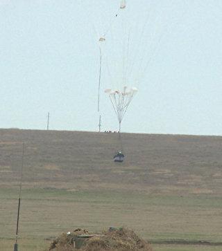 Военные десантировали боевые машины с борта Ил-76 на учениях в Крыму