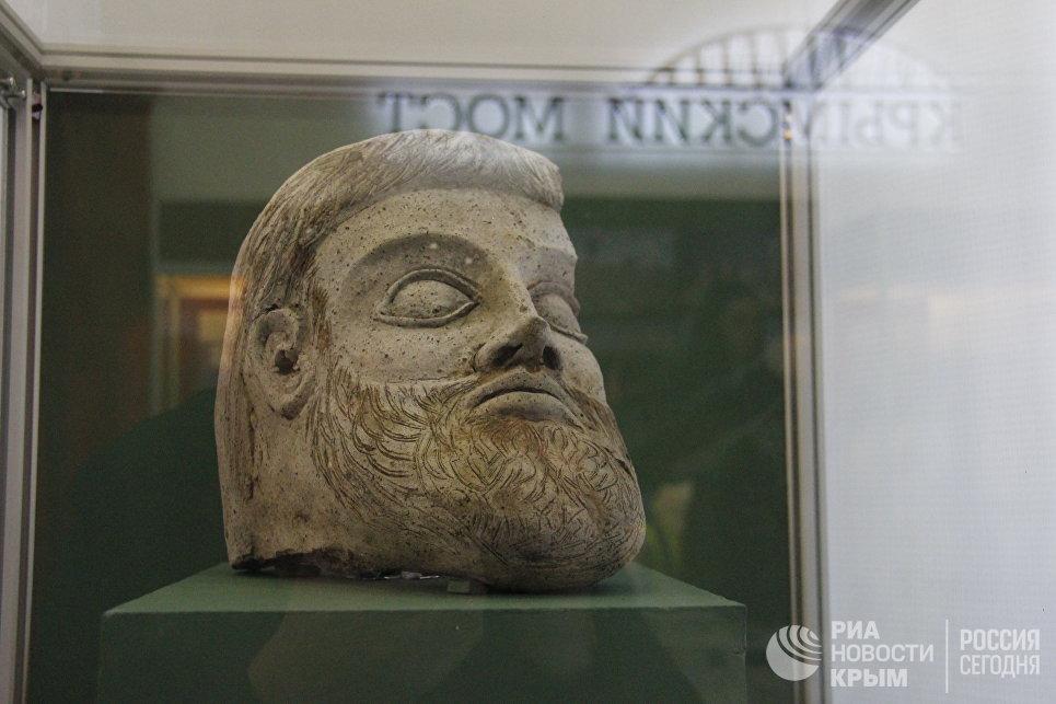 Выставка Крымский мост. Фантастическая реальность в Керчи. Терракотовая скульптура в форме головы мужчины, найденная во время подводных раскопок в Керченской бухте