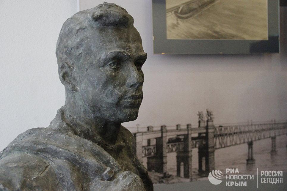 Выставка Крымский мост. Фантастическая реальность в Керчи. Скульптура Сварщик Бубенцов