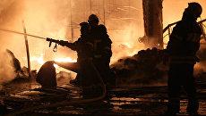Крупный пожар на складе в Москве локализован