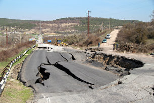 Разрушенный оползнем участок трассы Севастополь-Симферополь в районе села Поворотного