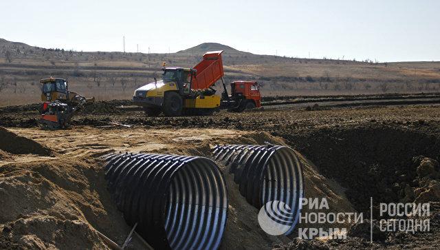 Работы по устройству насыпи земляного полотна и водопропускных труб на месте строительства автомобильного подхода к мосту через Керченский пролив со стороны Крыма