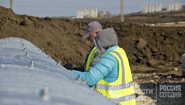 Монтаж водопропускных труб на месте строительства автомобильного подхода к мосту через Керченский пролив со стороны Крыма