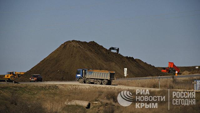 Работы по устройству насыпи земляного полотна на месте строительства автомобильного подхода к мосту через Керченский пролив со стороны Крыма
