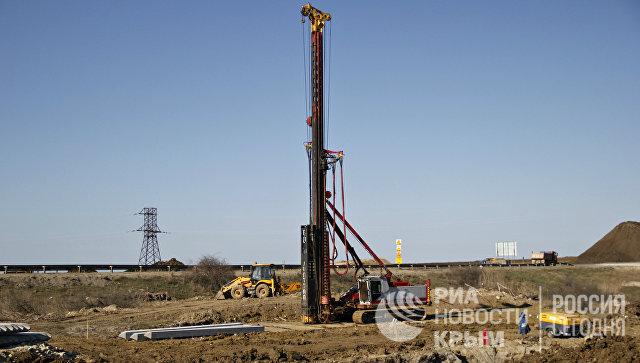 Установка для забивания свай на месте строительства автомобильного подхода к мосту через Керченский пролив со стороны Крыма