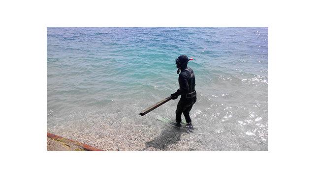 Водолазы обследуют акваторию пляжей в Крыму