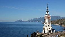Вид на храм-маяк Святого Николая Чудотворца в селе Малореченское Судакского района Крыма