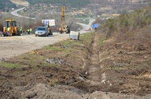 Работы на разрушенном оползнем участке трассы Севастополь-Симферополь в районе села Поворотного