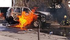Взорванный автомобиль в центральном районе Мариуполя