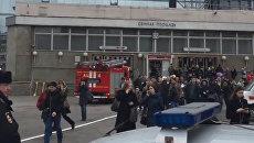 Эвакуация людей с питерской станции метро Сенная площадь после взрывов