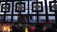 Цветы и свечи у посольства РФ в Минске в память о погибших в результате взрыва в метро Санкт-Петербурга