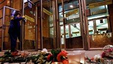Цветы и свечи у входа в вестибюль станции метро Спасская в память о погибших в результате взрыва в метро Санкт-Петербурга
