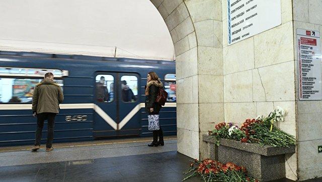Цветы на станции метро Технологический институт в Санкт-Петербурге, где 3 апреля 2017 года произошел взрыв