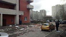 На месте обрушения стены на жилого дома на проспекте Солидарности в Санкт-Петербурге. 6 апреля 2017 года
