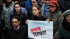 Участники антитеррористический митинга Мы против терроризма во Владивостоке в память о жертвах теракта в Санкт-Петербурге