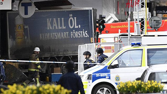 Полиция на улице Дроттнинггатан в Стокгольме после наезда грузовика на людей. 7 апреля 2017 года