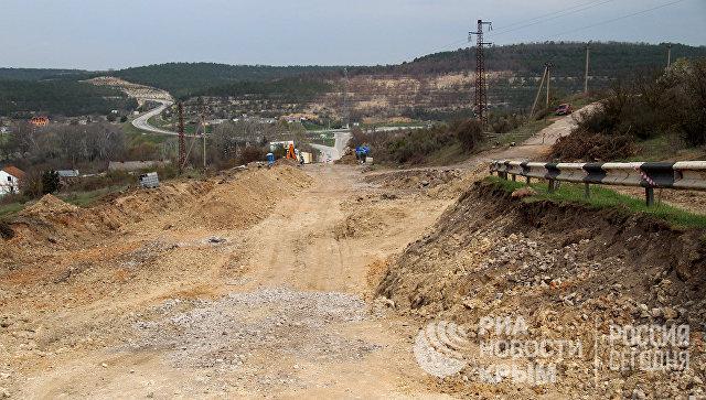 Дорожные работы на разрушенном оползнем участке трассы Севастополь-Симферополь