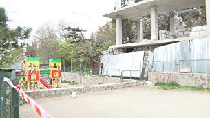 В Ялте сносят трехэтажный дом, который вырос на месте гаража рядом с детской площадкой