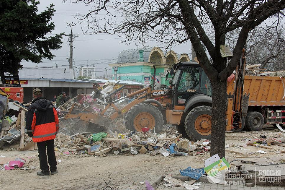 Снос незаконных торговых объектов на Центральном рынке в Симферополе
