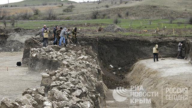 Остатки Тиритакского вала, который обнаружили археологи в зоне строительства автоподхода к мосту через Керченский пролив