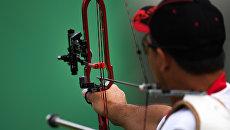 Спортсмен во время соревнований по стрельбе из лука