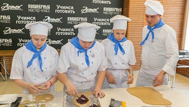 Участники международной смены Роскосмоса Первая космическая. Спутник-60 в Артеке готовят космическую еду