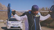 Крымский силач прошел со штангой около 4 км в честь дня освобождения Судака от фашистов