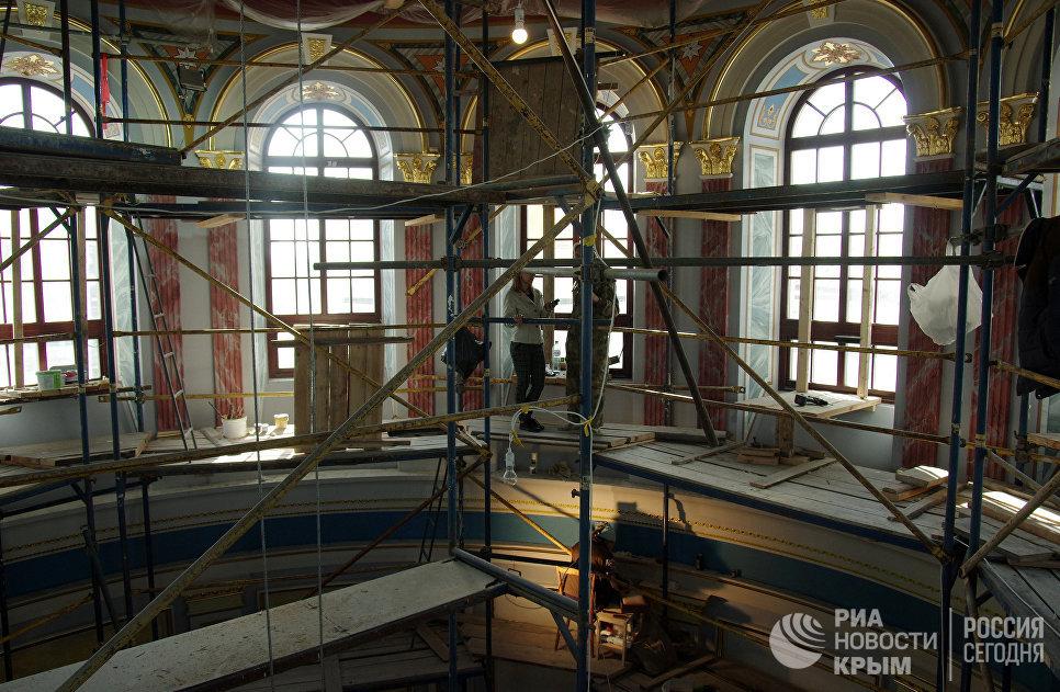 Работы по росписи барабана в Свято-Александро-Невском кафедральном собора в Симферополе