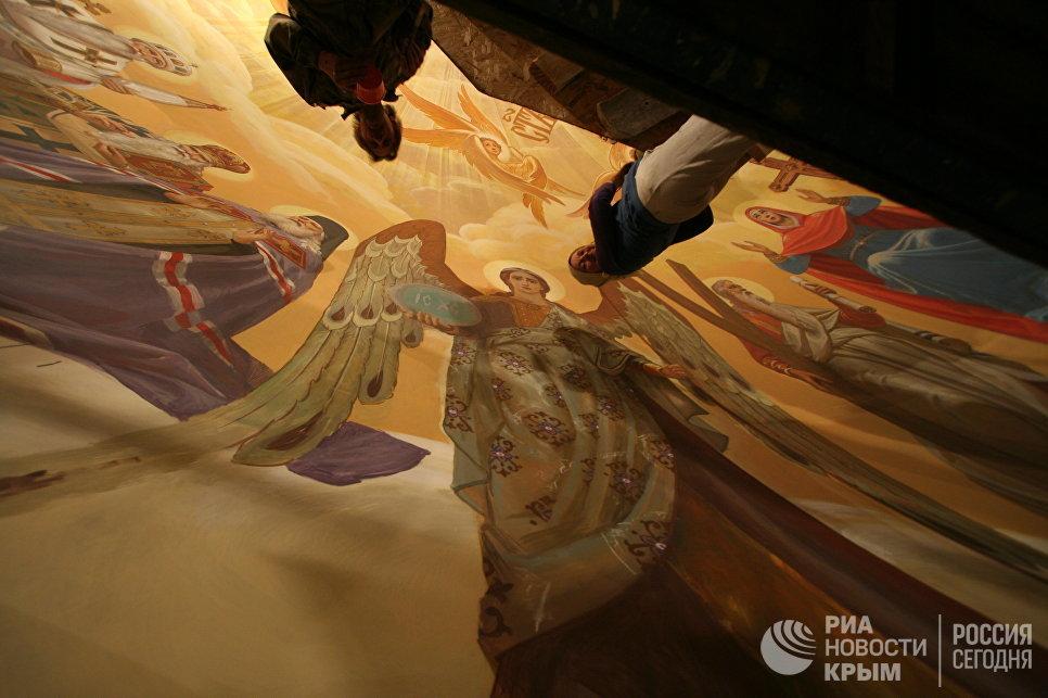 Работы по росписи купола в Свято-Александро-Невском кафедральном собора в Симферополе