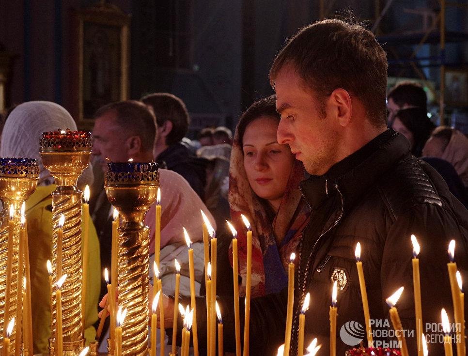 Пасхальное ночное богослужение в Петро-Павловском кафедральном соборе в Симферополе