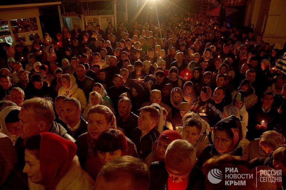 Пасхальный Крестный ход возле Петро-Павловского кафедрального собора в Симферополе