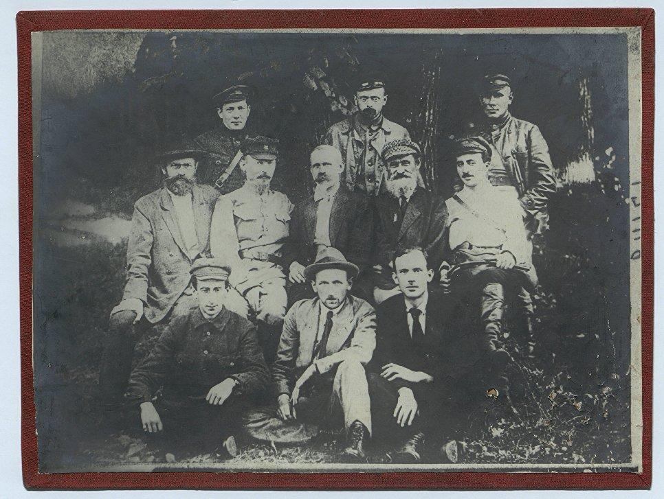 Феликс Дзержинский (во втором ряду, 2 слева) среди крымских чекистов. 1926 год