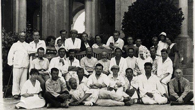 Феликс Дзержинский (в центре) с сотрудниками Крымской областной ЧК