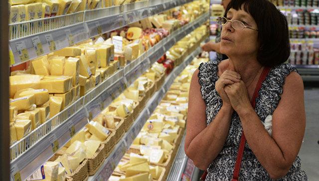 Покупатели у прилавка с сырами