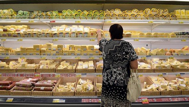 Продажа сыра и колбасных изделий в супермаркете