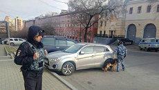 Сотрудники правоохранительных органов на месте нападения на приемную ФСБ в Хабаровске. 21 апреля 2017