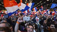 Сторонники кандидата в президенты Франции, лидера движения En Marche Эммануэля Макрона во время пресс-конференции по итогам первого тура президентских выборов во Франции