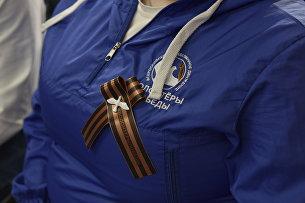 Георгиевская ленточка на груди участника пресс-конференции в формате видеомоста, приуроченного к старту акции Георгиевская ленточка